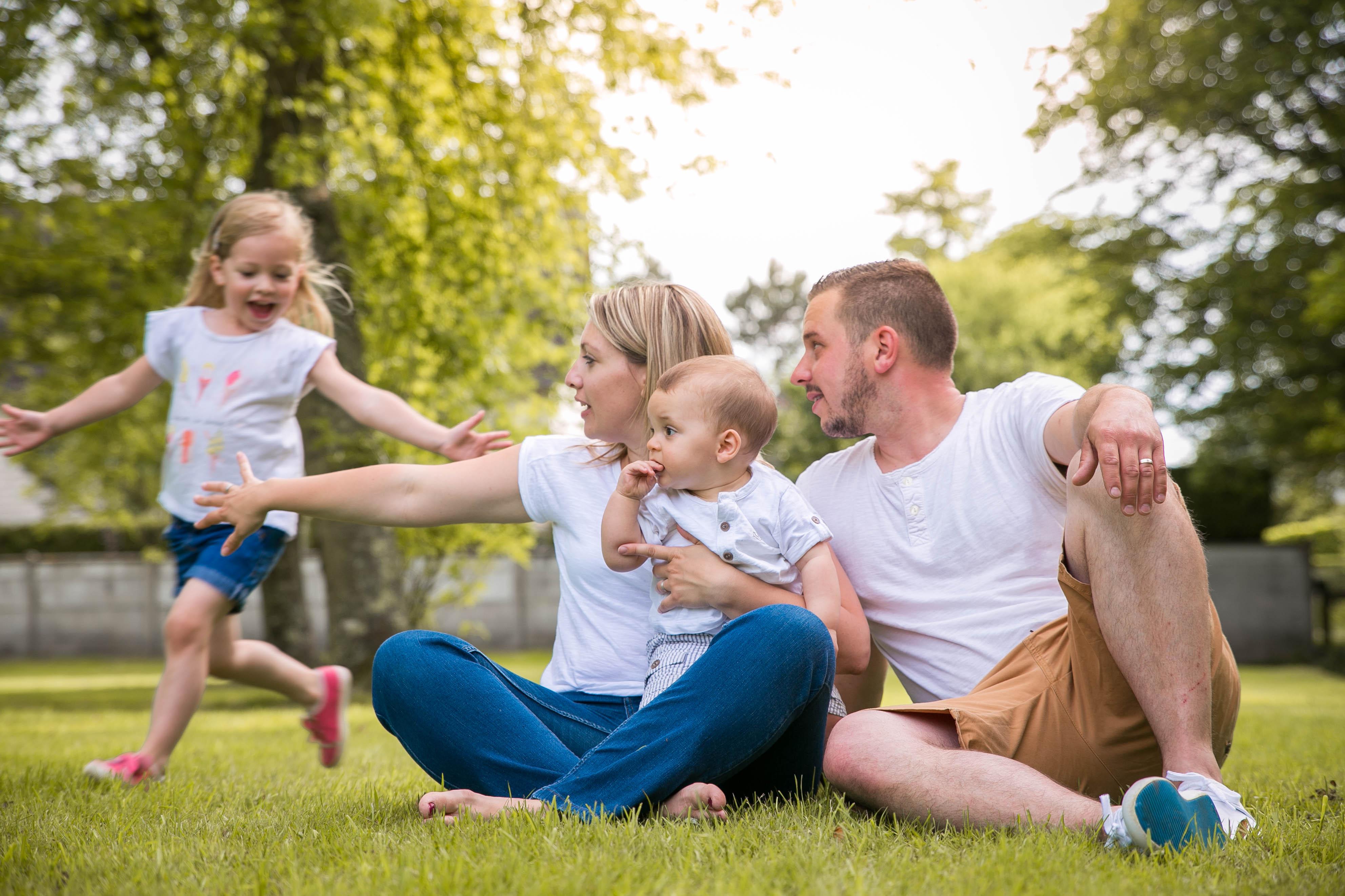 Séance-photo-famille-lifestyle-en-extérieur