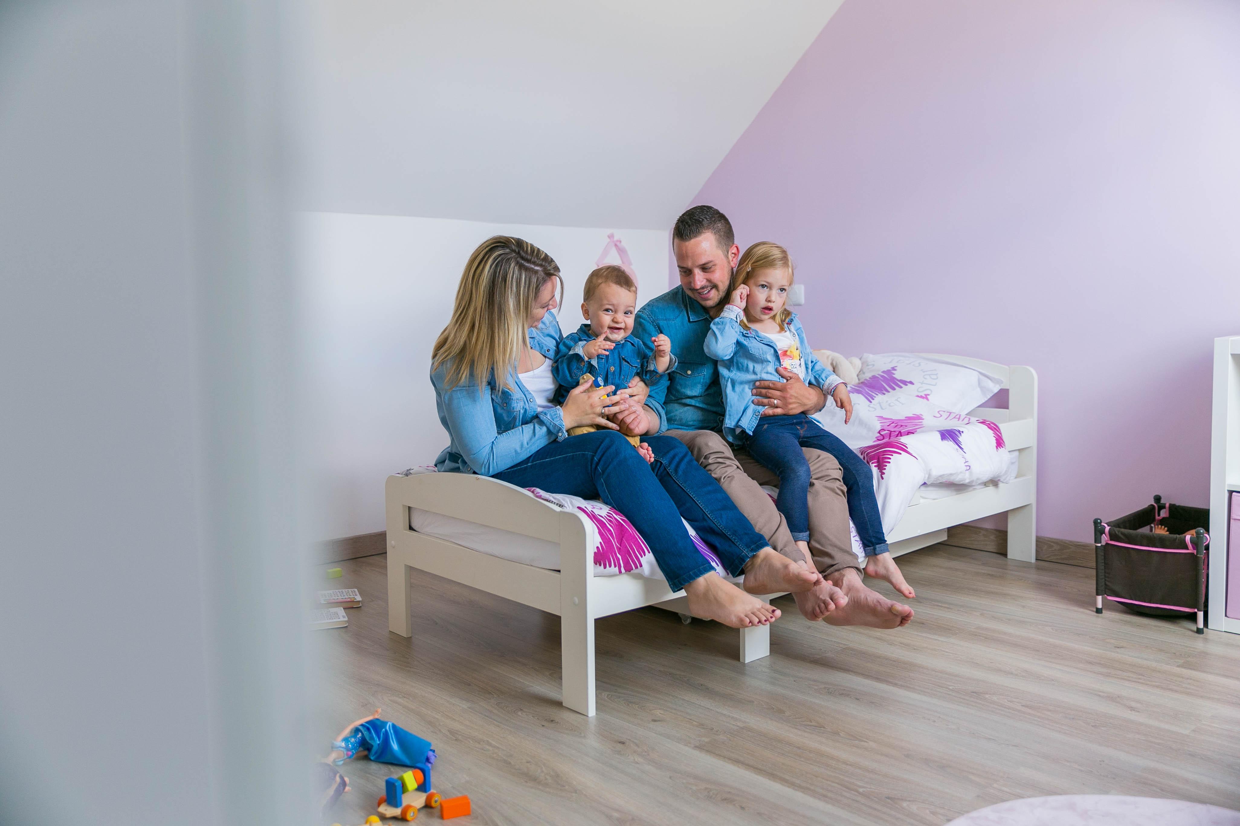 Séance-photo-famille-lifestyle-en-intérieur