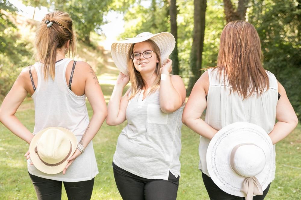 evjf-mariée-copines-accessoires-chapeaux-témoins-blog mariage