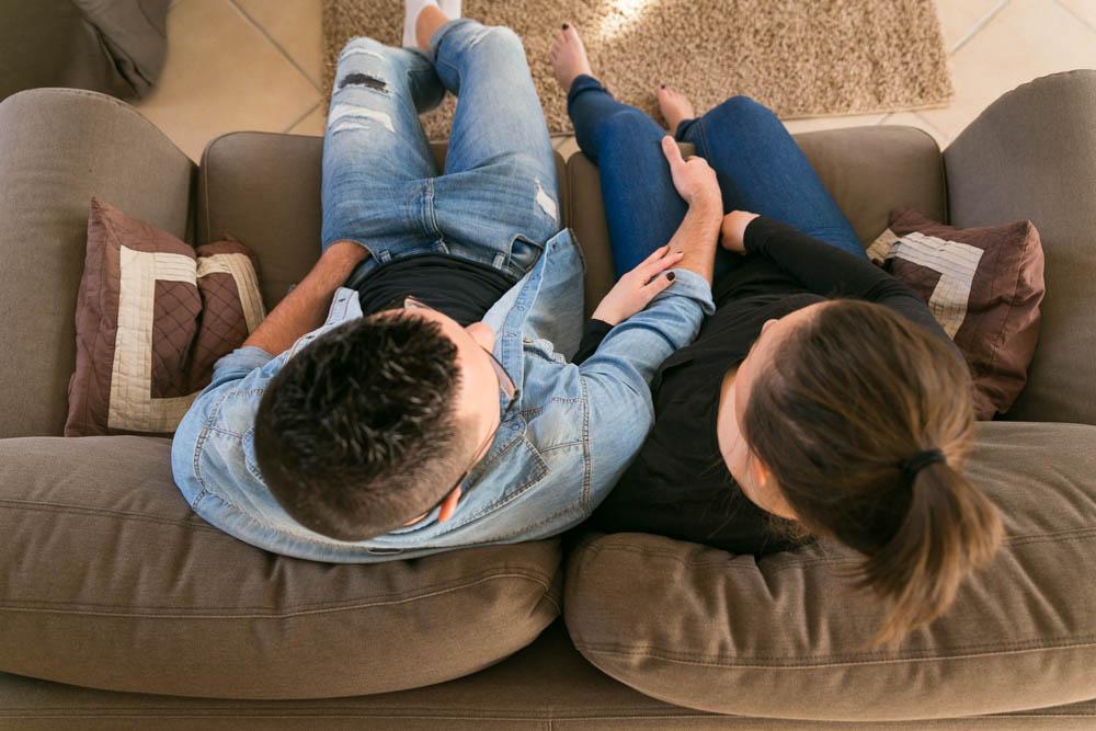 séance photo en amoureux - photos de couple - intime - cocooning - home studio lumière naturelle