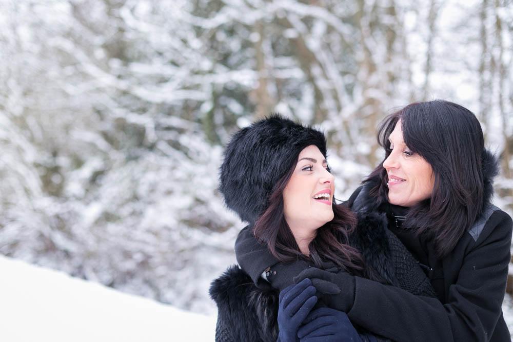 séance photo- mère fille- sous la neige- bataille boule de neige