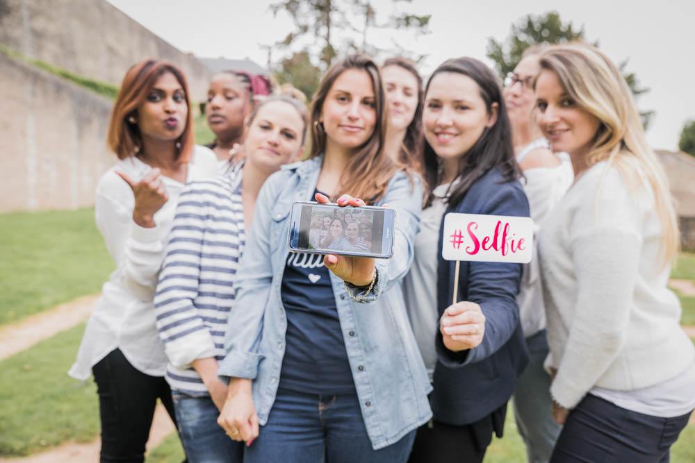 groupe de filles - selfie - portable - shooting evjf à chartres - photographe chartres