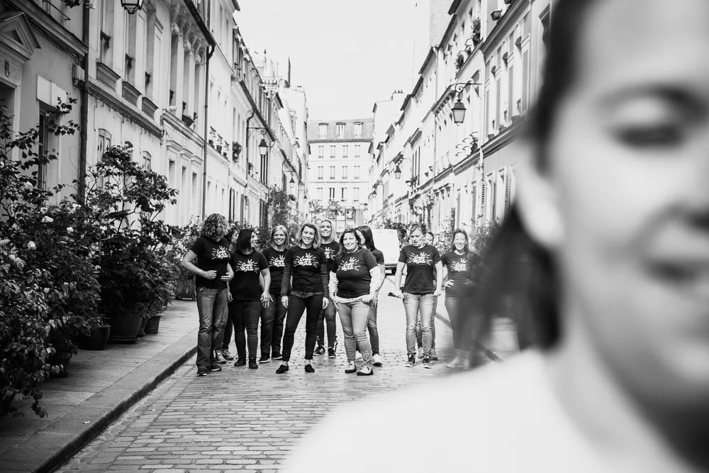 bande de filles - copines - EVJF rue Crémieux - future mariée