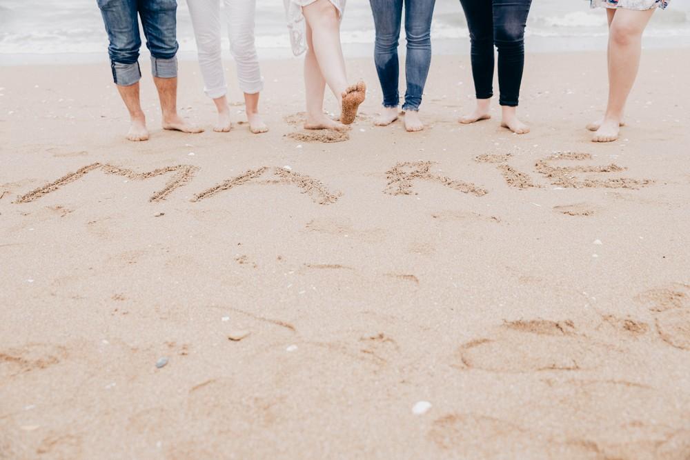 seance photo evjf sur la plage - cabourg - deauville - normandie - photographe evjf eure - eure et loir - chartres - photographe mariage en normandie