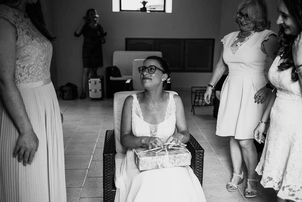 preparatifs de la mariee - cadeau surprise - maman de la mariee - temoins - photographe mariage chartres