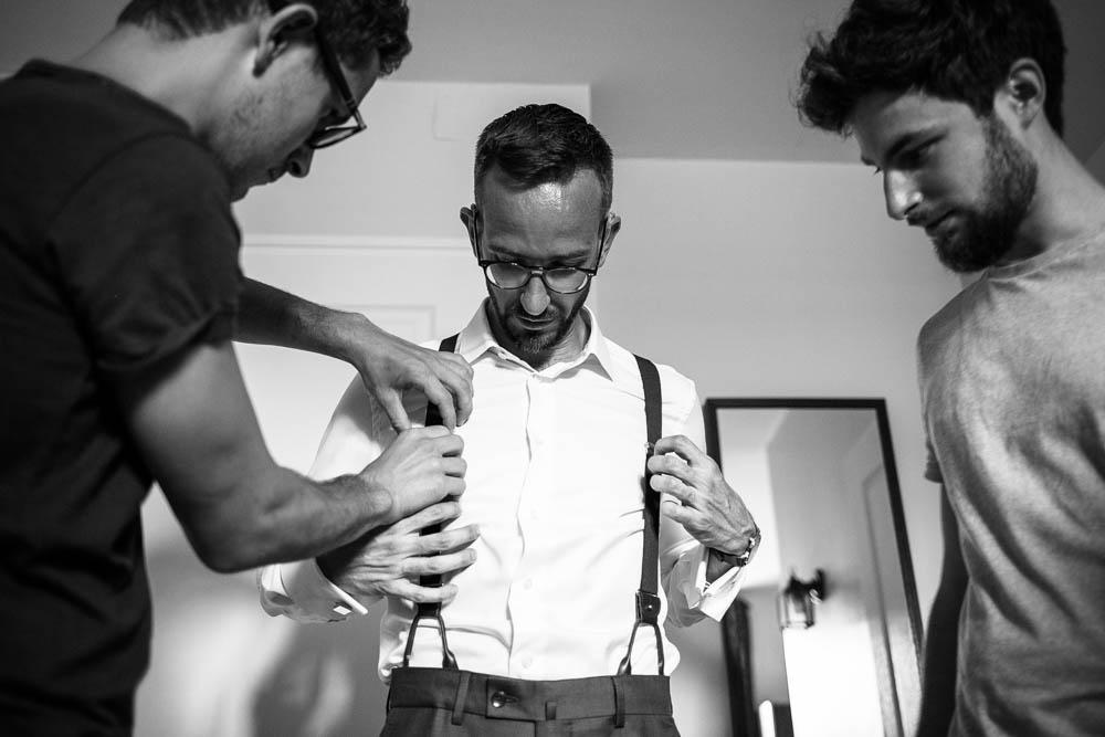 habillage du marie - mariage champetre - bretelles colonel moutarde - photographe mariage verneuil sur avre - eure - evreux - yvelines