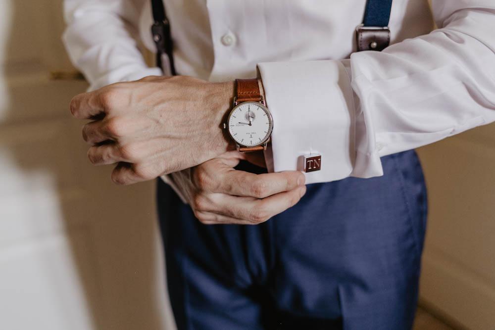 boutons de manchette - preparatifs du marie - habillage - photographe mariage 28