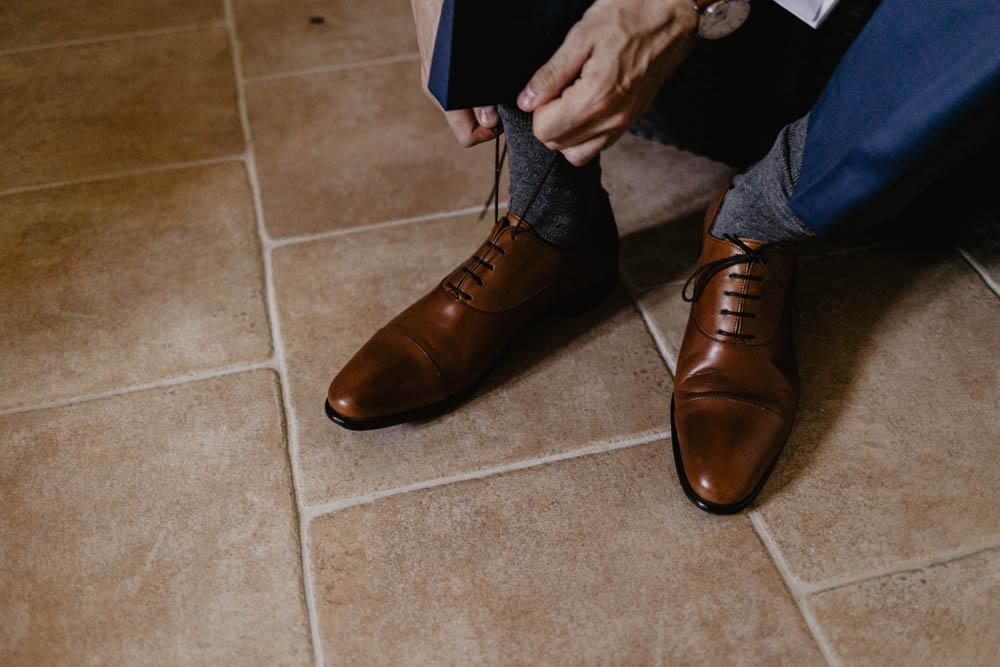photographe mariage 78 - chaussures rudys - preparatifs du marie - champetre