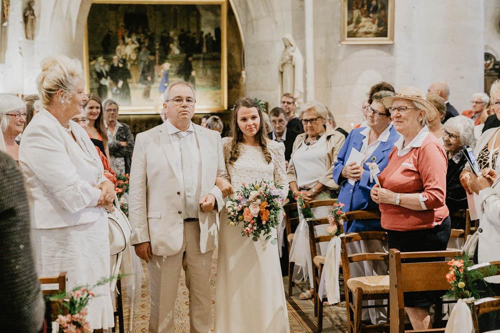 mariée au bras de son père - eglise - pont l'eveque - mariage dans le calvados - mariage champetre en normandie