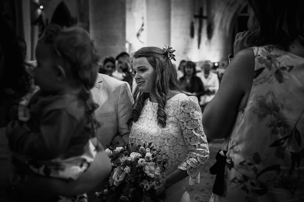 mariage champetre en normandie - eglise pont l'eveque - émotions - mariée au bras de son père - photographe mariage normandie