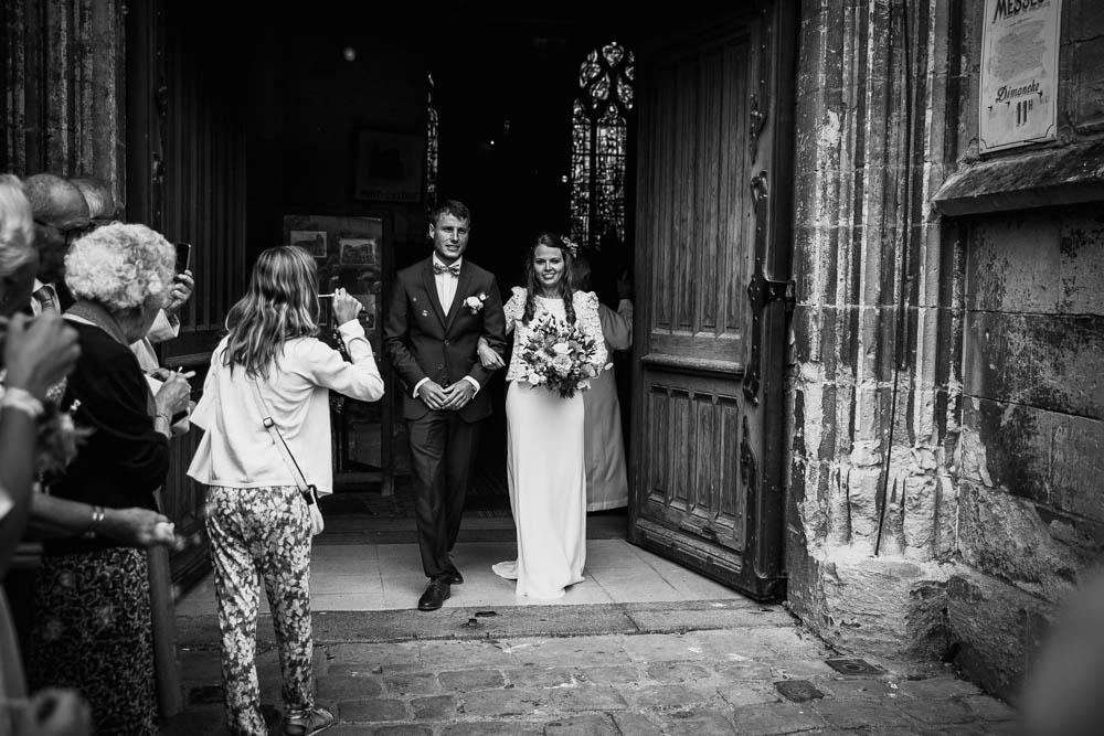 sortie d'eglise - photographe mariage normandie - calvados - mariage champetre en normandie - jeunes mariés