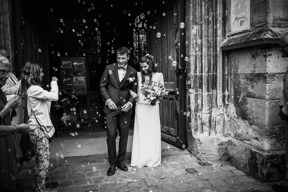 jeunes maries - eglise st michel calvados - photographe mariage normandie - mariage champetre en normandie - sortie eglise avec des bulles