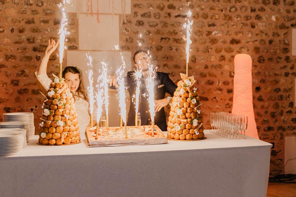 arrivée du gateau des mariés - pieces montées - feux de bengale - scintillants - photographe mariage eure