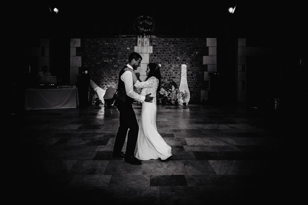 first dance - premiere danse - des mariés - photo N&B - photographe evreux - eure - mariage champetre en normandie - ouverture de bal