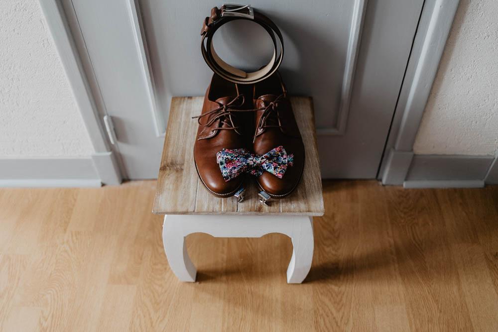 chaussures du mariés - bobbies - noeud papillon colonel moutarde - mariage champetre en normandie - photographe mariage - calvados