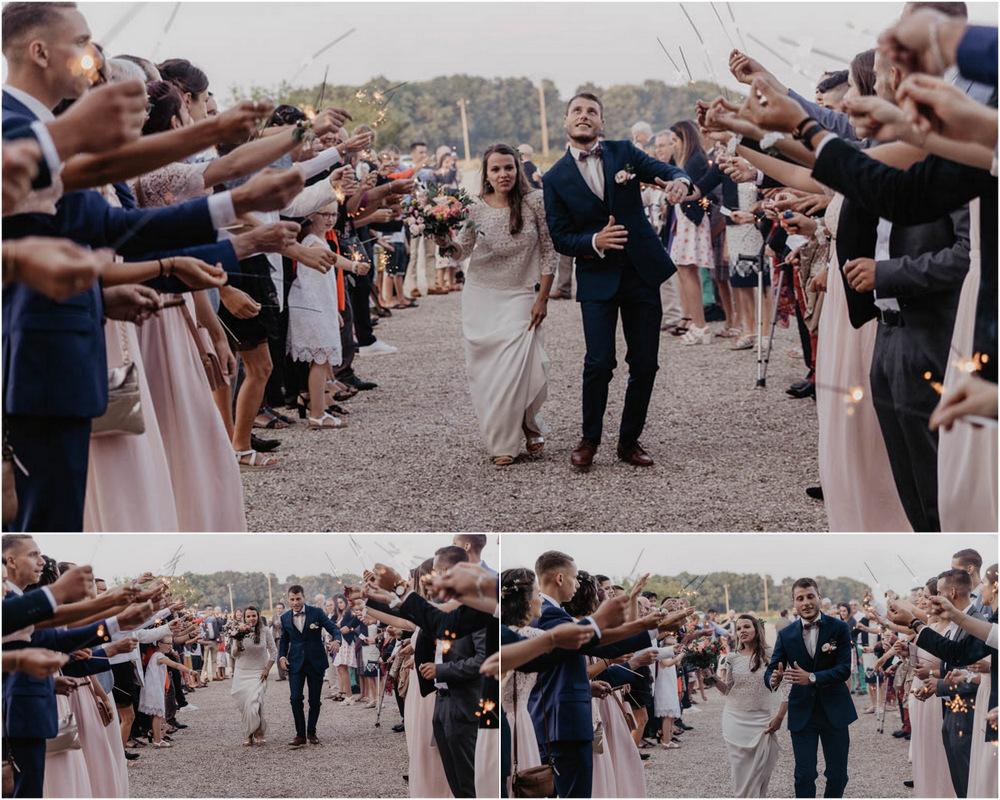 entrée des mariés - feux de bengale - scintillants - mariage champetre en normandie - photographe mariage evreux - eure