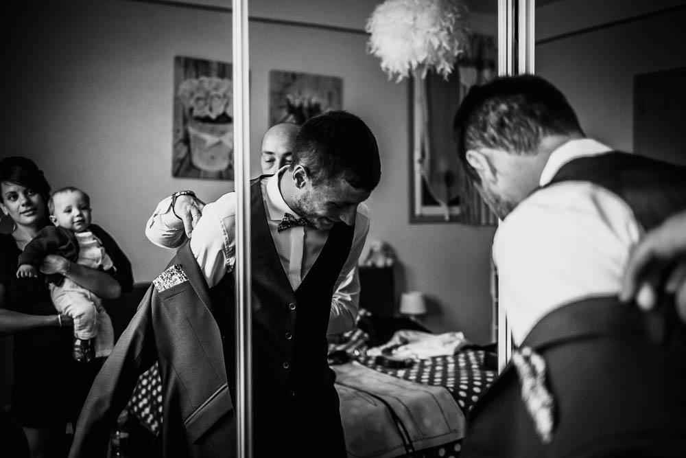 mariage champetre en normandie - photographe mariage normandie - eure - photographe mariage calvados - habillage du marié - préparatifs