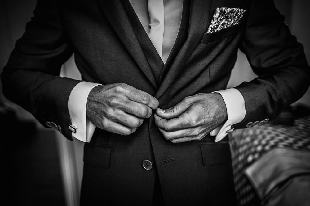 costume du marié - louis pourple - habillage du marié - photographe mariage - normandie - calvados - eure