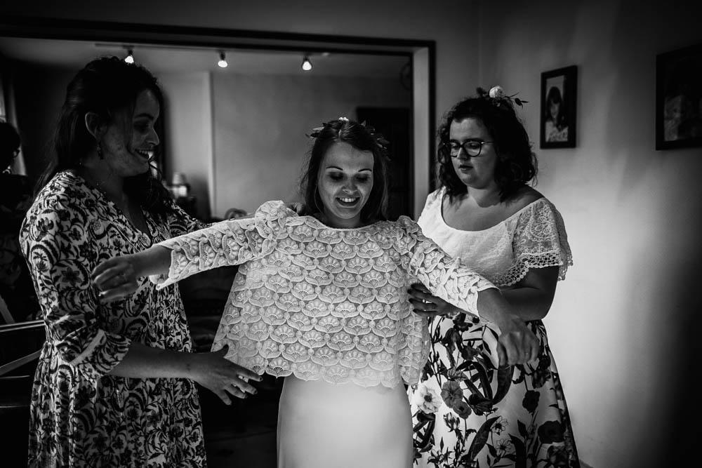 habillage de la mariée - robe de créateur - laure de sagazan - mariage boheme - mariage champetre - normandie - photographe mariage