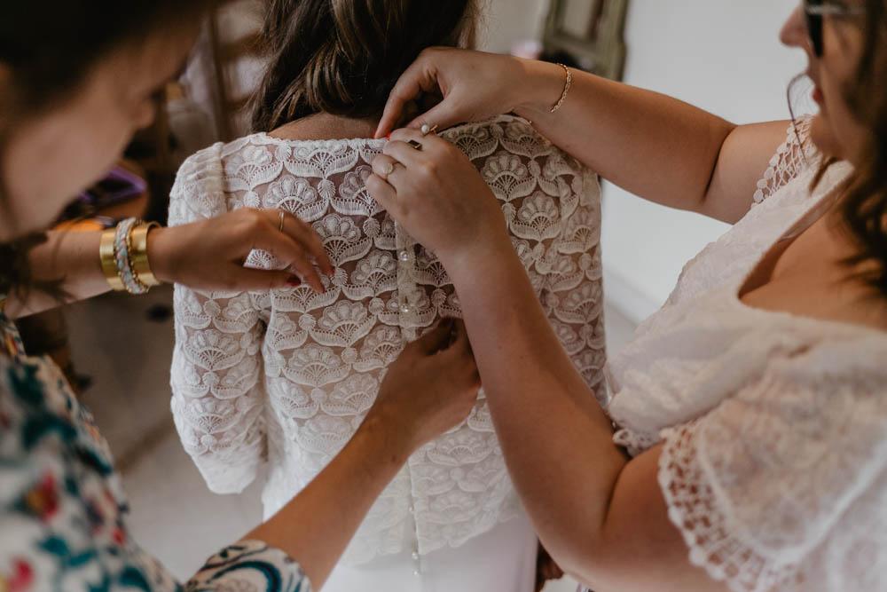 robe de créatrice - laure de sagazan - habillage de la mariée - photographe de mariage en normandie - mariage bohème