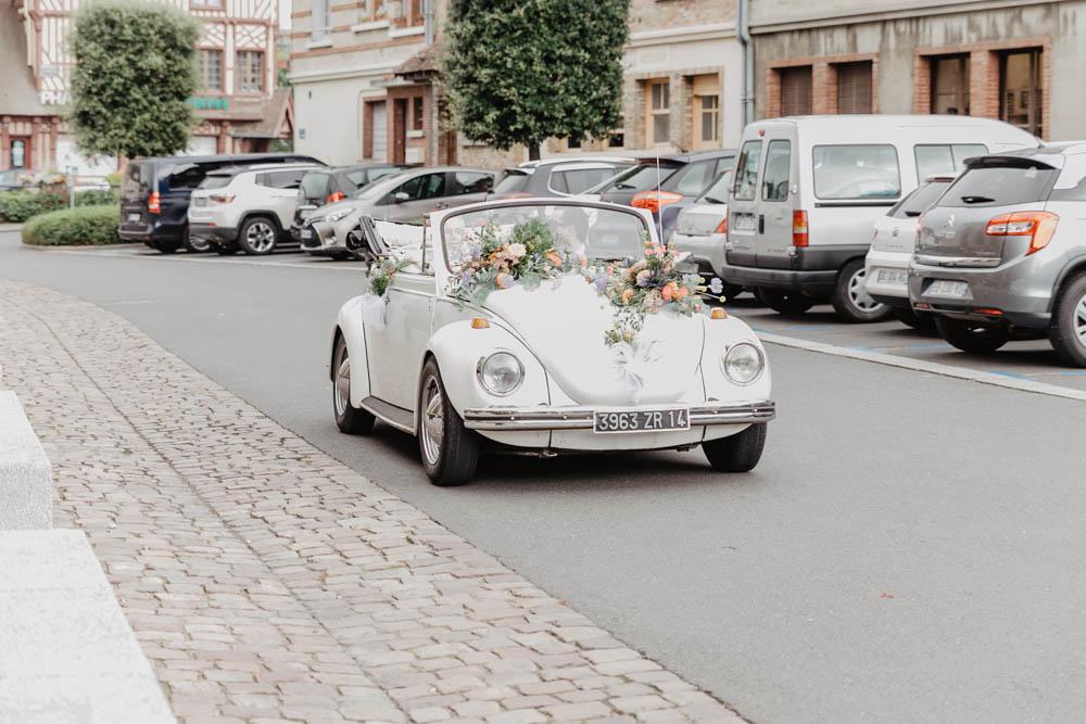 mariage en coccinelle - mariage champetre en normandie - arrivée de la mariée - coccinelle cabriolet