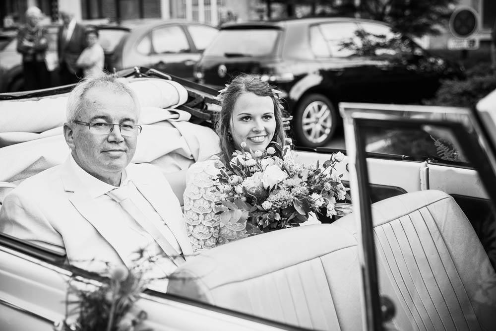 se marier en coccinelle cabriolet - arrivée de la mariée - eglise - pont l'eveque - normandie - mariage champetre en normandie