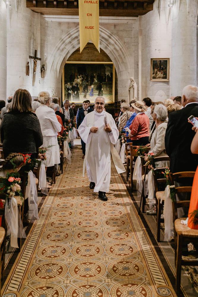 église de pont l'eveque - calvados - photographe mariage en normandie - entrée à l'eglise