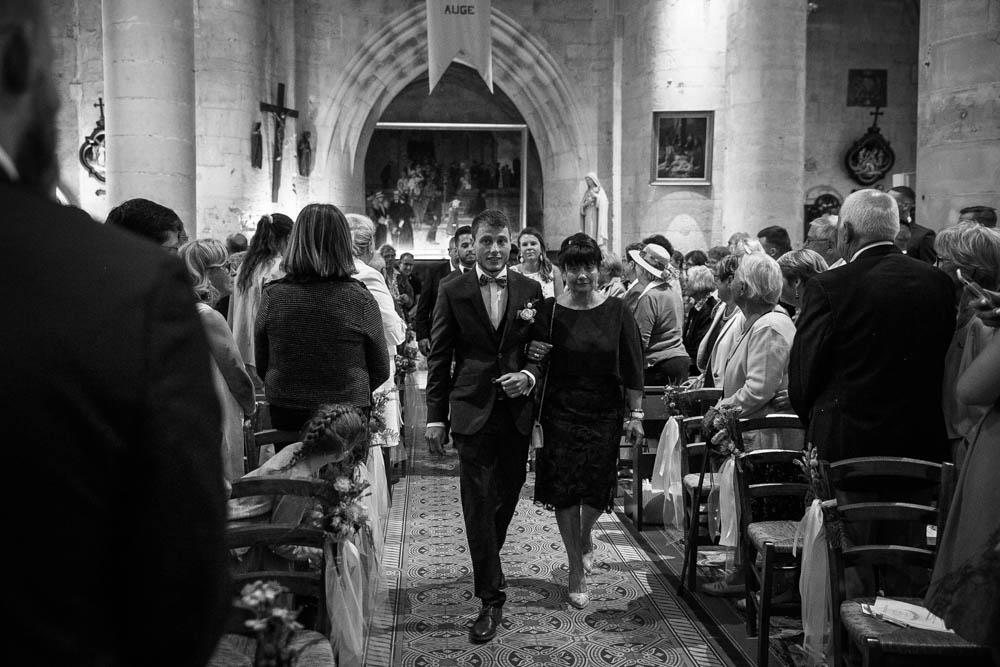 entrée du marié à l'église - eglise de pont l'eveque - mariage champetre en normandie - photographe mariage - calvados