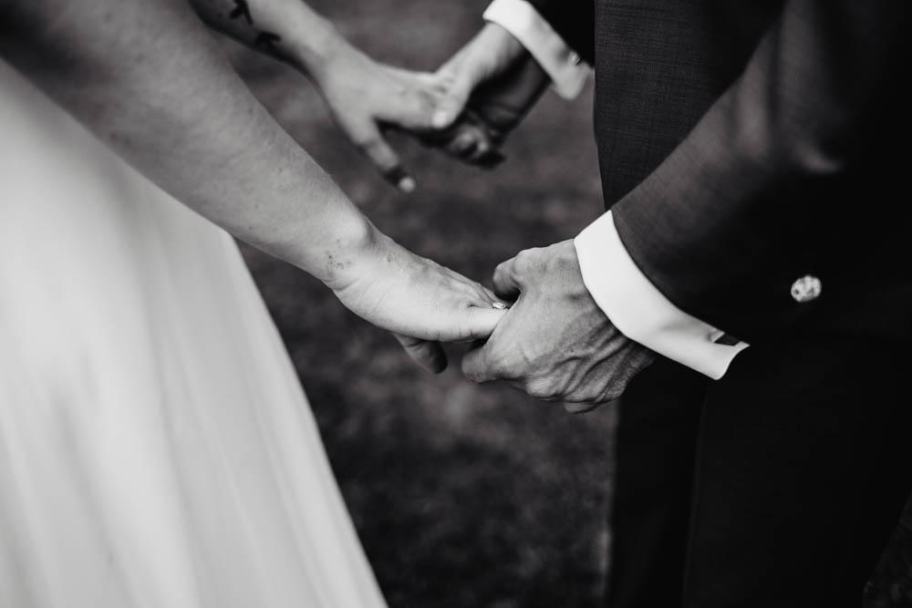 mariage champetre - photo de couple des maries - en N&B - photographe mariage chartres - eure et loir - yvelines - bretagne