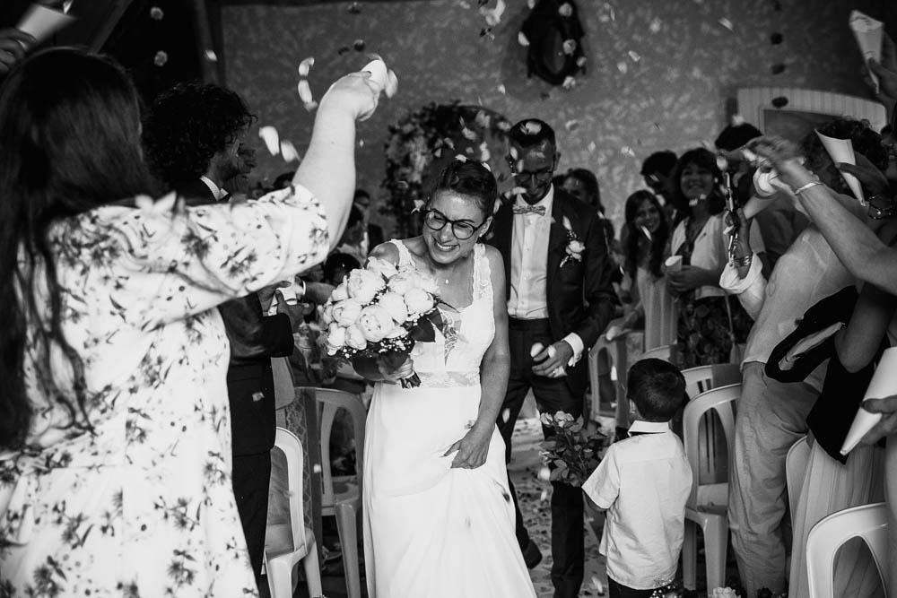 sortie des maries - ceremonie laique - fleurs - roses - champetre - eure et loir