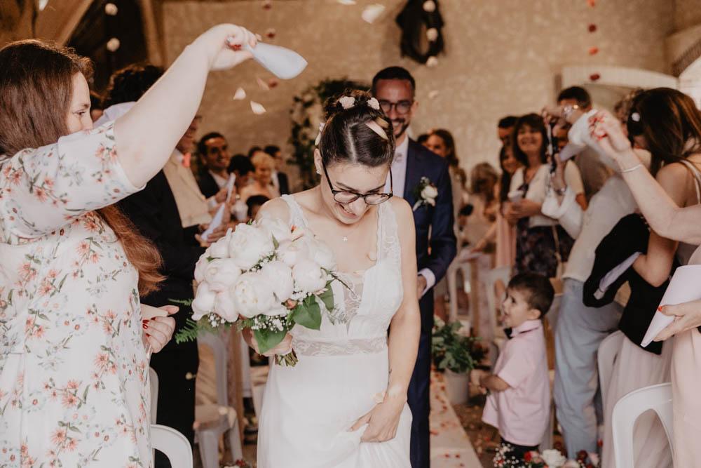 ceremonie laique - sortie des maries - petales de roses - champetre - chartres - photographe mariage perche