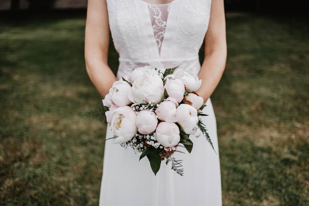 bouquet de pivoines - bouquet de la mariee - mariage champetre - photographe eure et loir - robe rembo styling