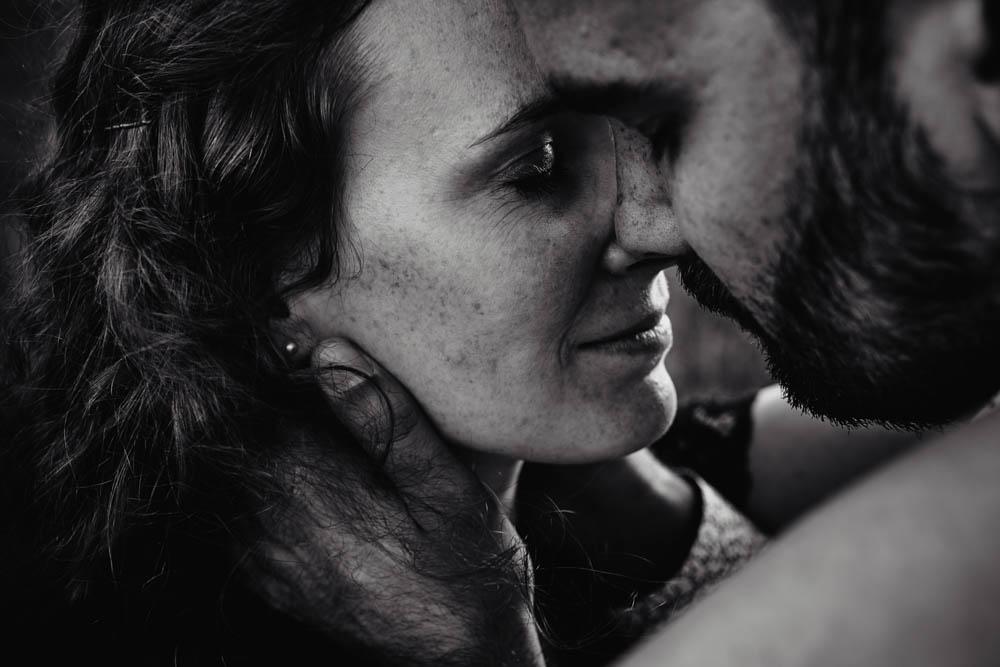 photo noir et blanc - couple - amour - love - une seance engagement - photographe mariage - lifestyle - campagne - nature