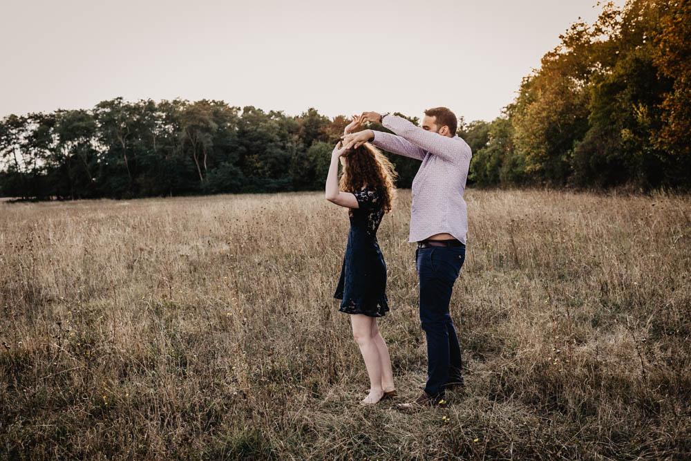 une seance engagement - photographe mariage - naturel - campagne - boheme - coucher du soleil - golden hour - rousse