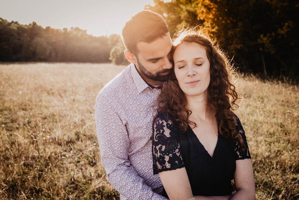 golden hour - coucher du soleil - sunset - couple - amoureux - photographe mariage eure et loir - une seance engagement - rousse
