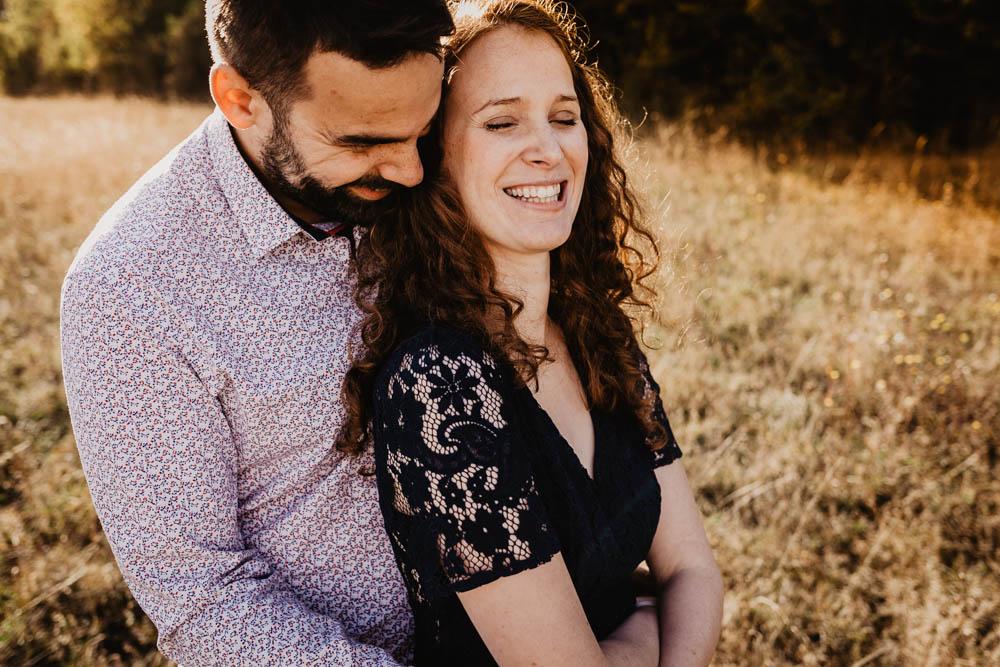 campagne - golden hour - coucher du soleil - photo de couple - amoureux - photographe mariage - une seance engagement - rousse - doree