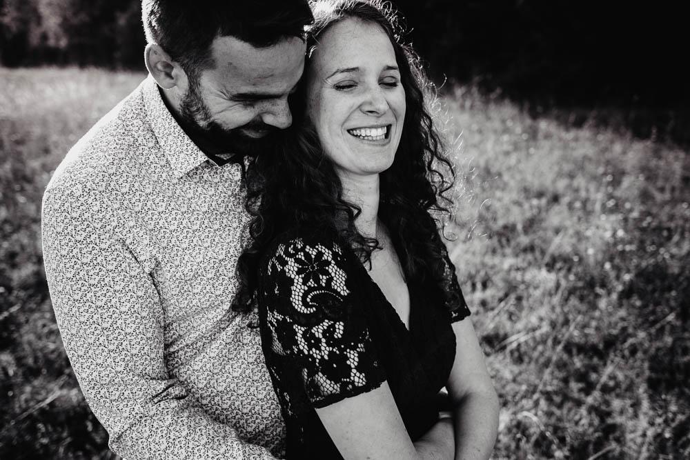 automne - lumiere doree - photo noir et blanc - une seance engagement - amour - champetre - photographe mariage champetre