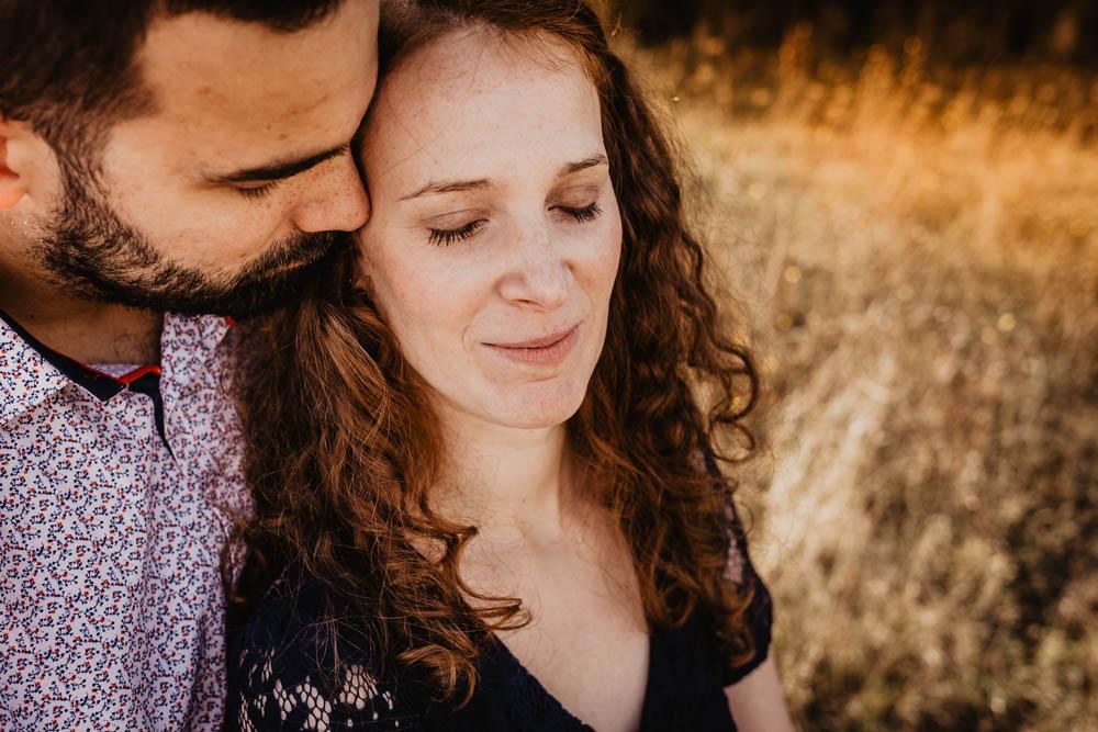 lumiere doree - golden hour - rousse - couple - amoureux - photographe mariage - campagne - une seance engagement - eure - eure et loir