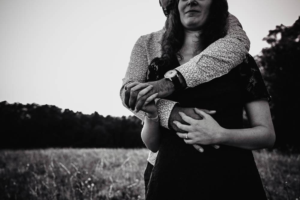 mariage champetre - noir et blanc - photos de couple - photographe mariage - une seance engagement - photographe eure et loir