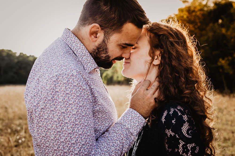 séance engagement - amoureux - futurs mariés - campagne - nature - coucher du soleil - photographe mariage