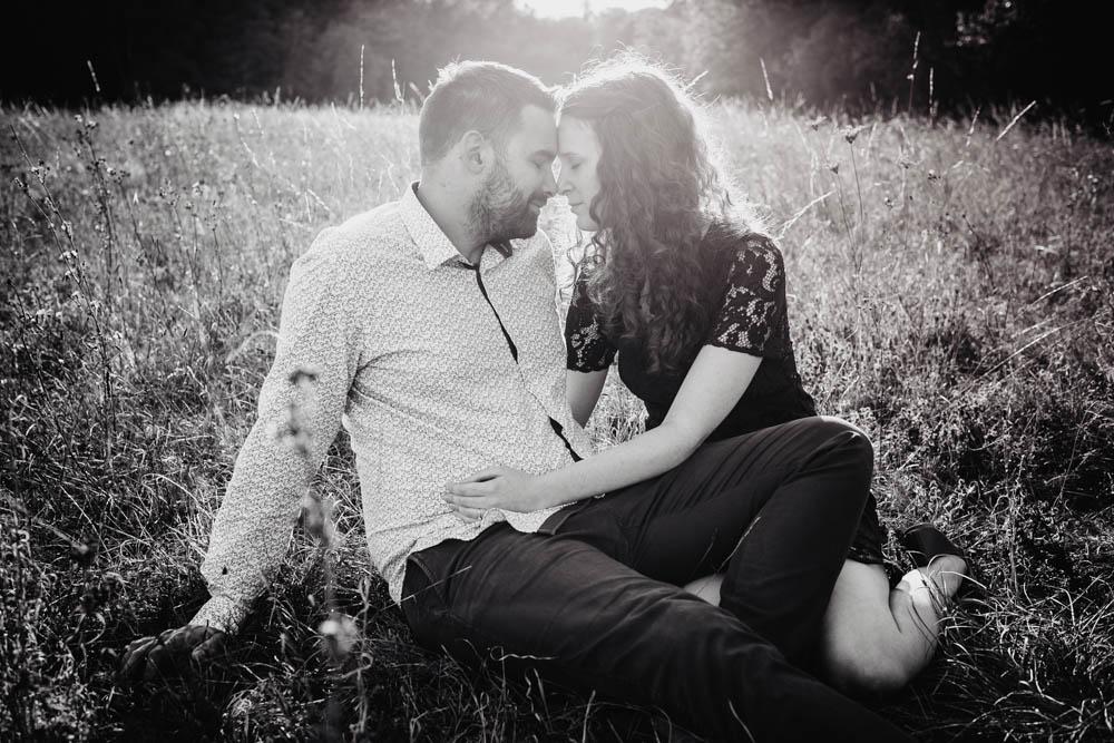 une seance engagement - champetre - noir et blanc - photos de couple - amoureux - photographe mariage - boheme chic