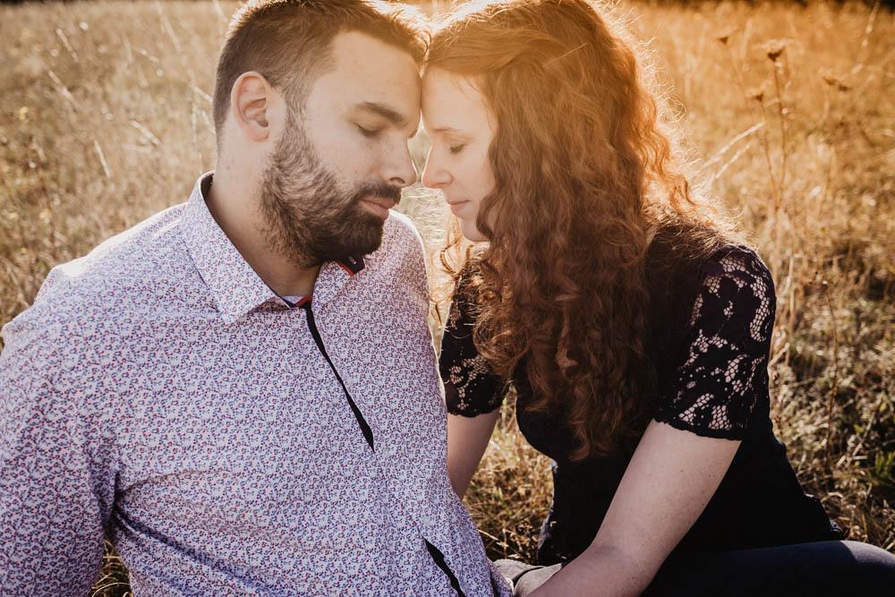 coucher du soleil - golden hour - doree - rousse - une seance engagement - photographe mariage - champetre