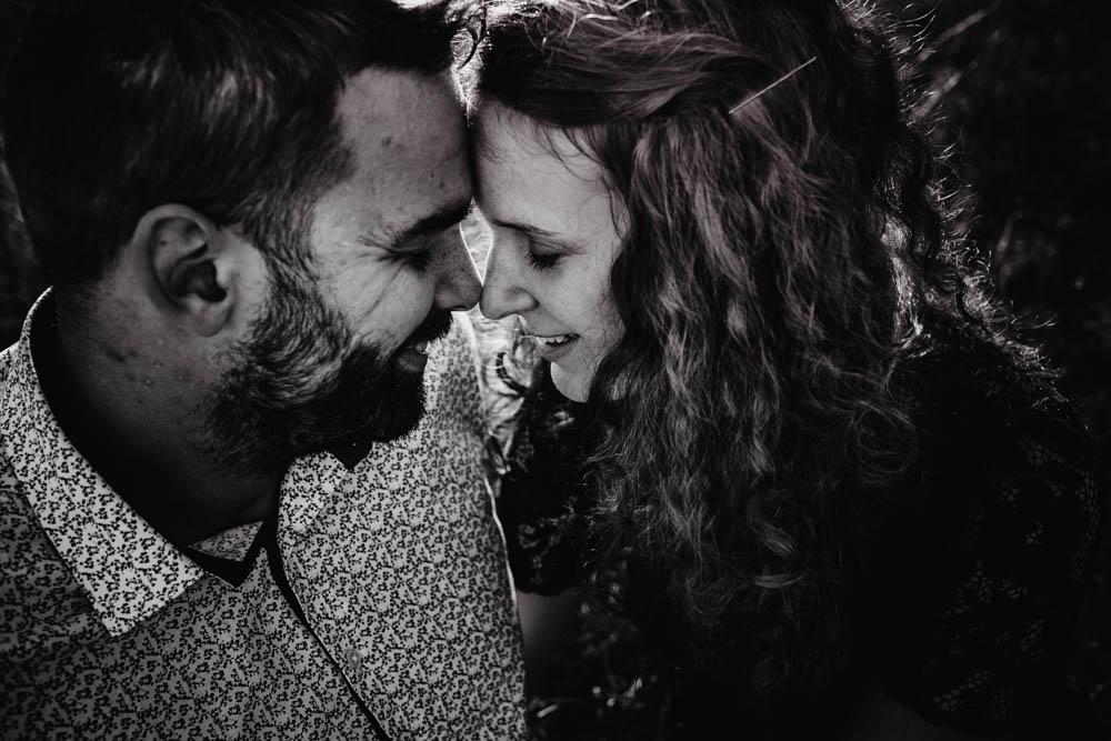 photo de couple noir et blanc - amoureux - une seance engagement - photographe mariage - golden hour - coucher du soleil