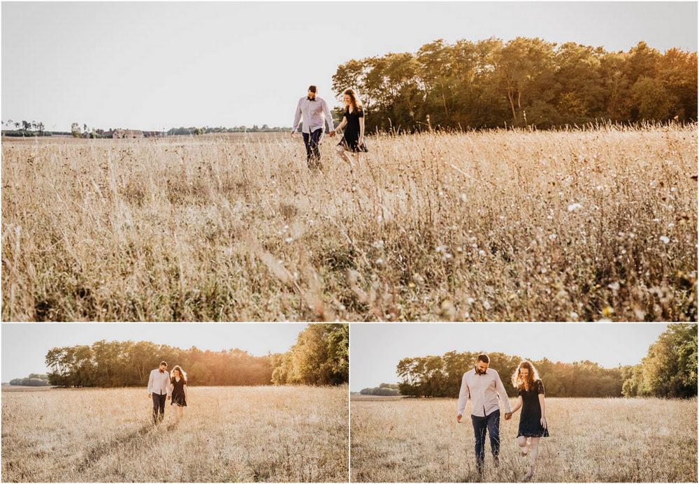 photographe mariage - une seance engagement - à la campagne - hautes herbes - champs - lumiere coucher du soleil - golden hour