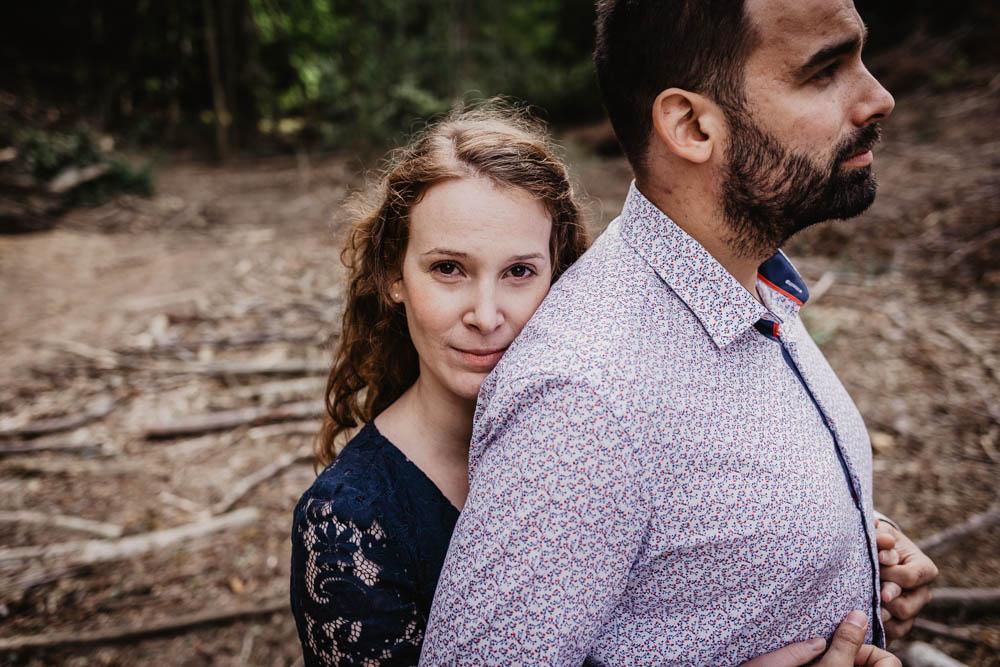 photos de couple - amoureux - en foret - une seance engagement - futurs maries 2019 - photographe mariage eure et loir