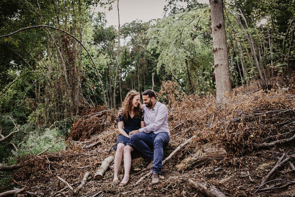 automne - une seance engagement - foret - marron - bois - photographe mariage - chartres
