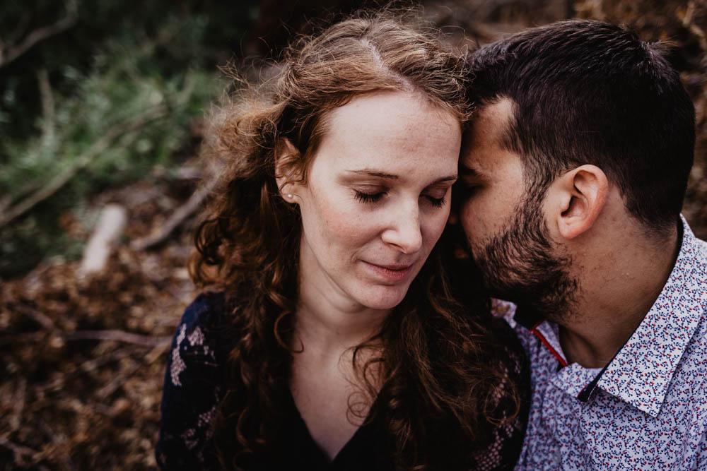 amoureux - futurs maries - une seance engagement - photographe mariage chartres - nature - authentique - bois - foret - rousse