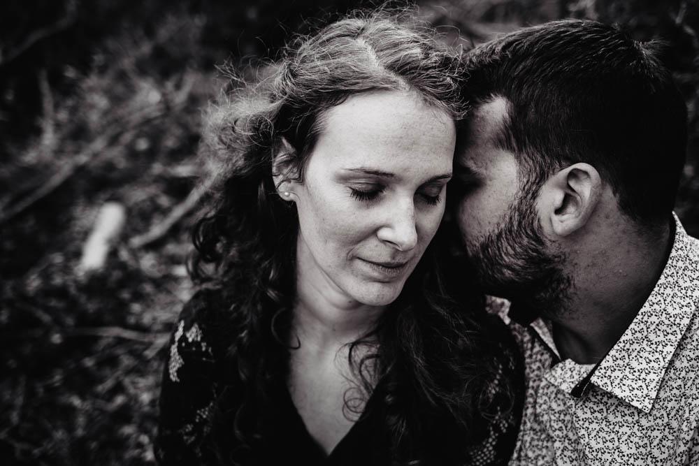 photo noir et blanc - amour - couple amoureux - foret - automne - photographe mariage des amoureux