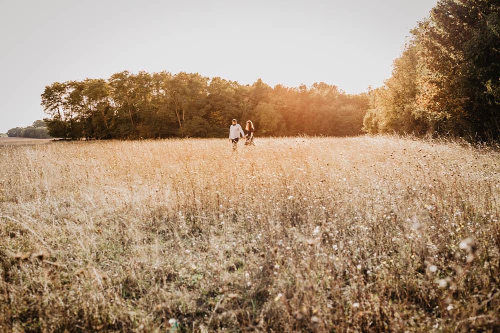 campagne - nature - champs - golden hour - coucher du soleil - photographe mariage - une seance engagement