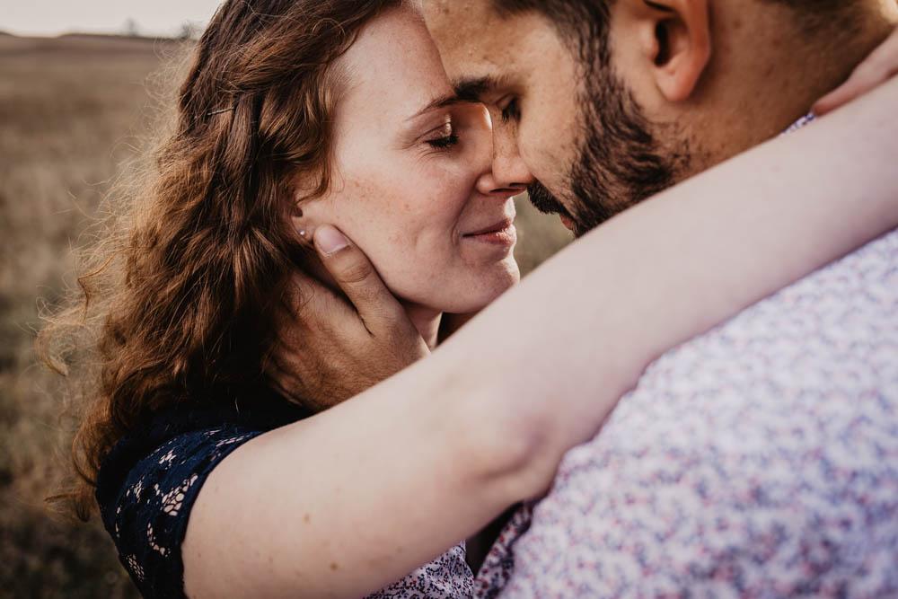 en pleine nature - champs - photographe mariage - une seance engagement - rousse - futurs maries